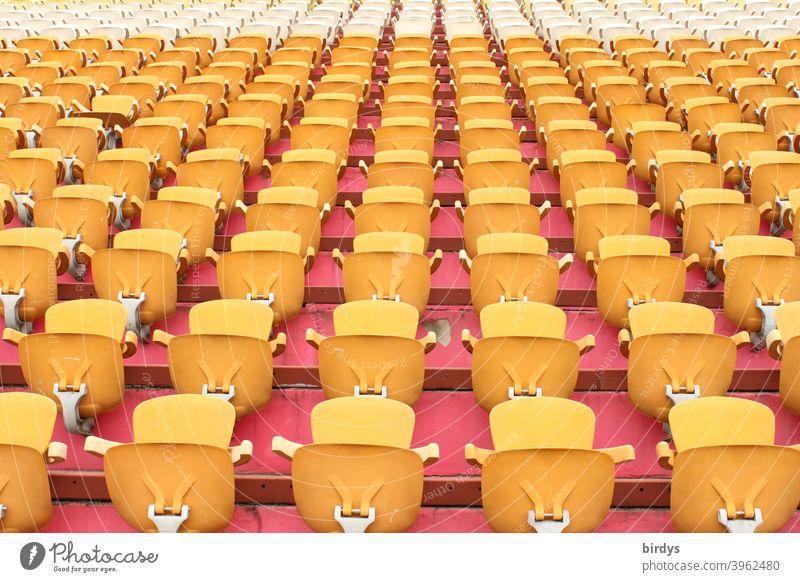 Leere Ränge in einem Stadion. Menschenleeres Stadion, Sitzplätze Tribüne Sitzränge Sitze Sport Großveranstaltung Fußball Sportstätten viele formatfüllend
