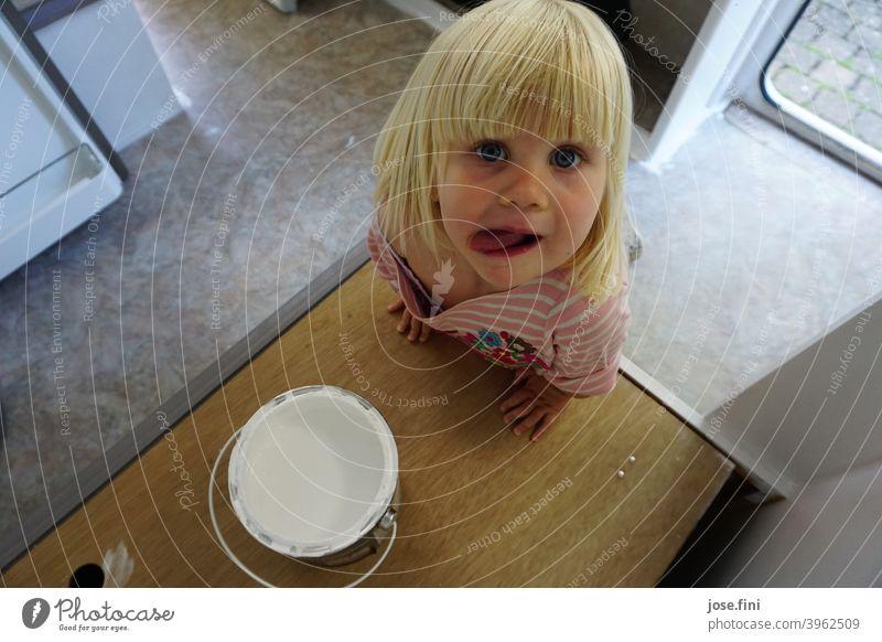 Mh lecker Farbe Mädchen Kind kleines Mädchen große Augen niedlich frech aufmerksam Verschmitzt Kindheit süß blond Ponyfrisur Kindererziehung Tag entdecken