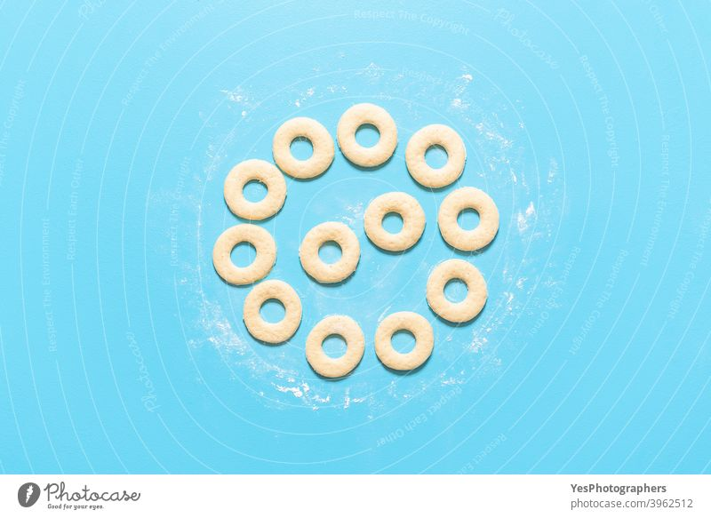 Kochen Donuts Prozess. Herstellung von amerikanischen Donuts. Hausgemachte süßen Teig Ansicht von oben ausgerichtet Amerikaner backen Blauer Hintergrund