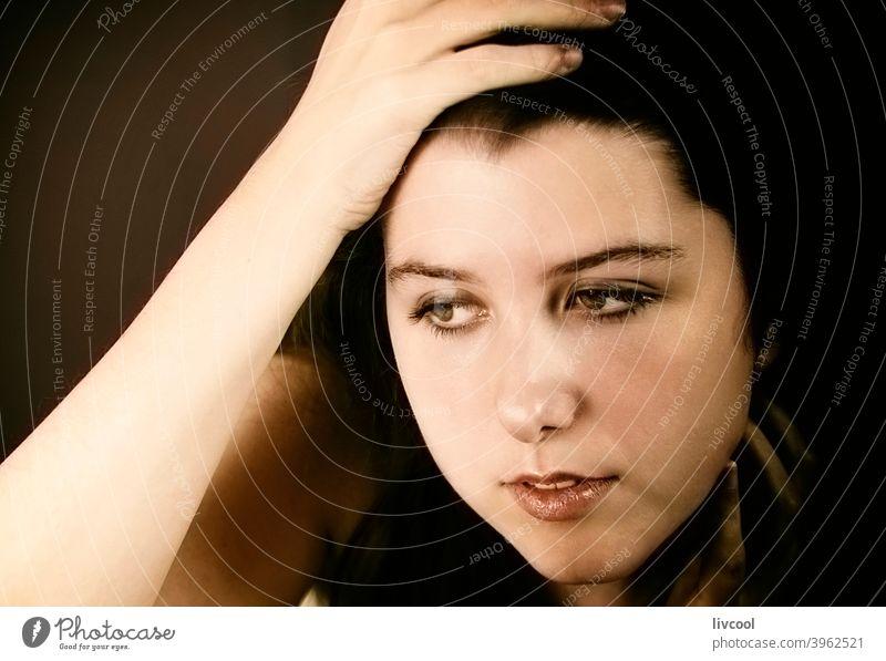 Mädchen streichelt ihr Gesicht Model jung Teenager streichelnd nachdenklich traurig begrenzt schwarz auf weiß zu Hause hübsch Schönheit echte Menschen