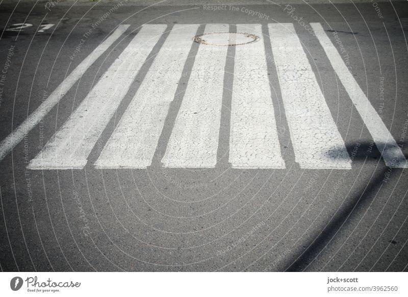 Ein Zebrastreifen zwischen 21 und der Straßenbeleuchtung ruhig Strukturen & Formen Asphalt Symmetrie unten Streifen Fahrbahnmarkierung Ordnung Gully Schatten
