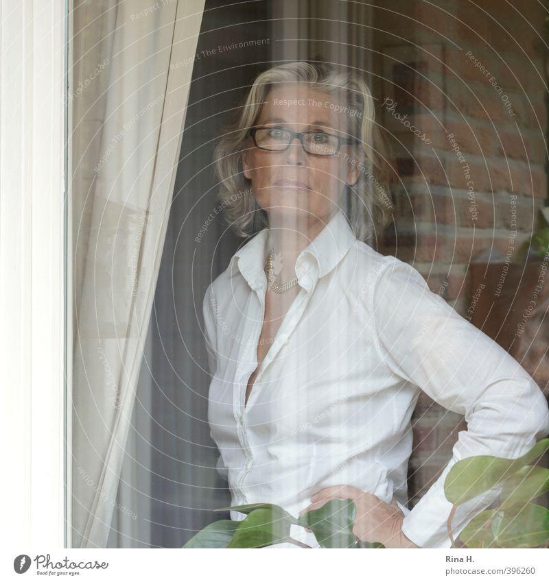 Gute Zeiten, schlechte Zeiten Gardine Mensch Frau Erwachsene 45-60 Jahre Fenster Bluse Brille blond weißhaarig authentisch feminin Gefühle ernst lässig