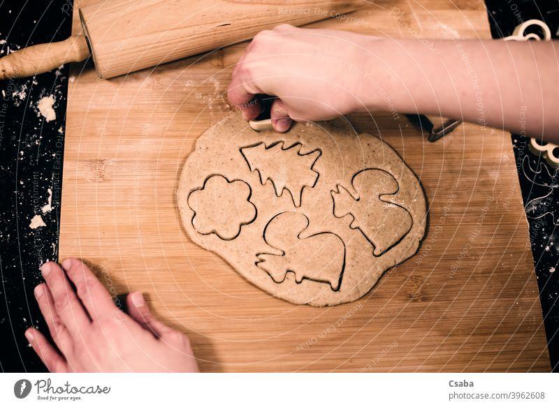 Draufsicht auf die Hände einer Frau, die Lebkuchen macht Herstellung vorbereitend Top Ansicht Hand selbstgemacht Keks süß Lebensmittel roh Teigwaren Nudelholz
