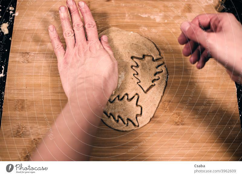 Draufsicht auf die Hände einer Frau, die Lebkuchen macht Herstellung vorbereitend Top Ansicht Hand selbstgemacht Keks süß Lebensmittel roh Teigwaren Dessert