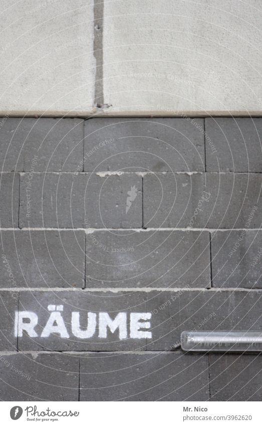 Räume Raum Wand Mauer Schriftzeichen Lampe Licht Beleuchtung leichtbeton grau Halle Industriehalle Gebäude Fassade Architektur Strukturen & Formen Fuge Muster
