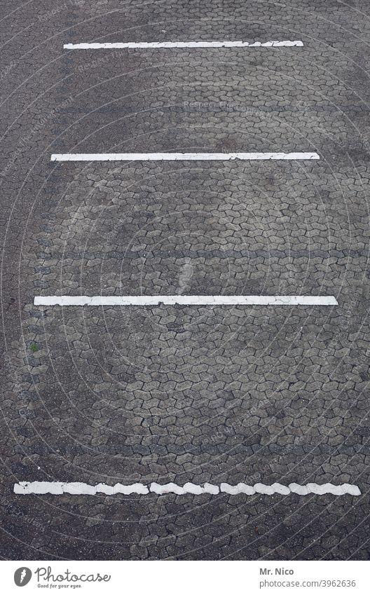 Parkplatzmarkierung parken Parkhaus grau Asphalt Pflastersteine Markierung Markierungslinie frei Parkdeck parkplatzmarkierung Parkplatz leer Parkplatzsuche