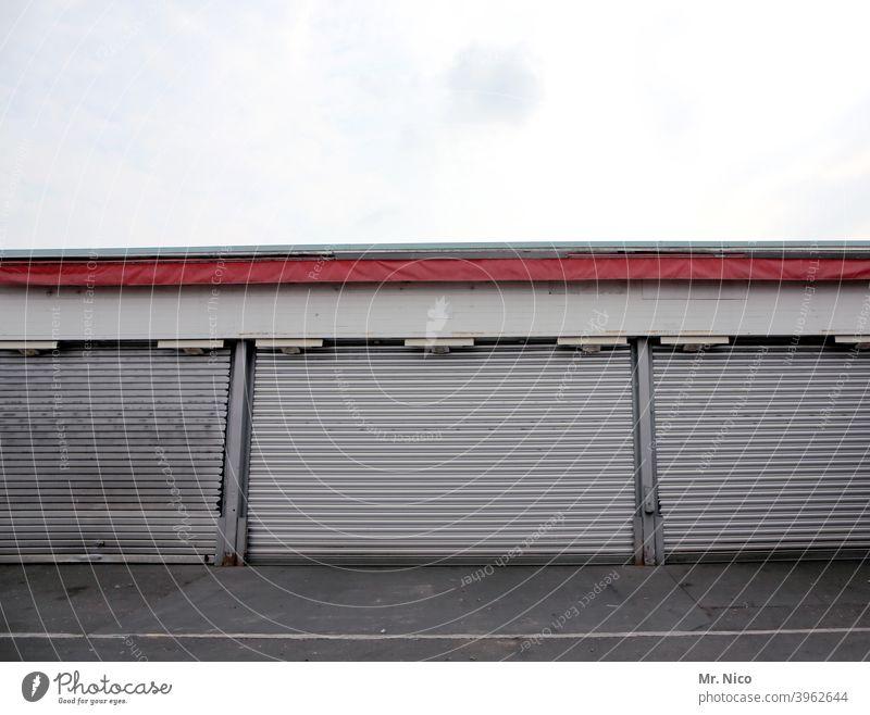 Warenlager Tor Lager Lagerhalle Lagerhaus Großmarkt Gebäude Handel Eingang trist geschlossen Rolltor Garage Garagentor runtergekommen Fassade Schuppen Baracke