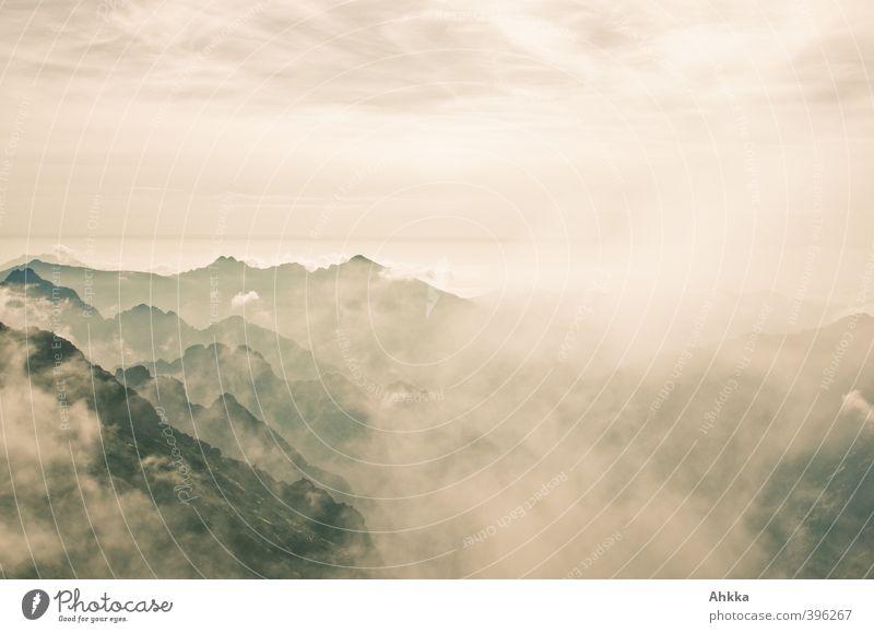 Monochrome Bergsilhouetten in Wolken-Nebel, Korsika Himmel Natur Ferien & Urlaub & Reisen Wasser Einsamkeit Landschaft ruhig Ferne Berge u. Gebirge Bewegung