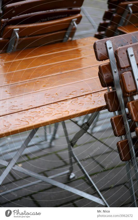 Straßencafe stühle Stühle Stuhl Sitzgelegenheit Gastronomie Platz geschlossen Café Tisch Restaurant Holz Biergarten Klappstuhl Terrasse Straßencafé Regentropfen