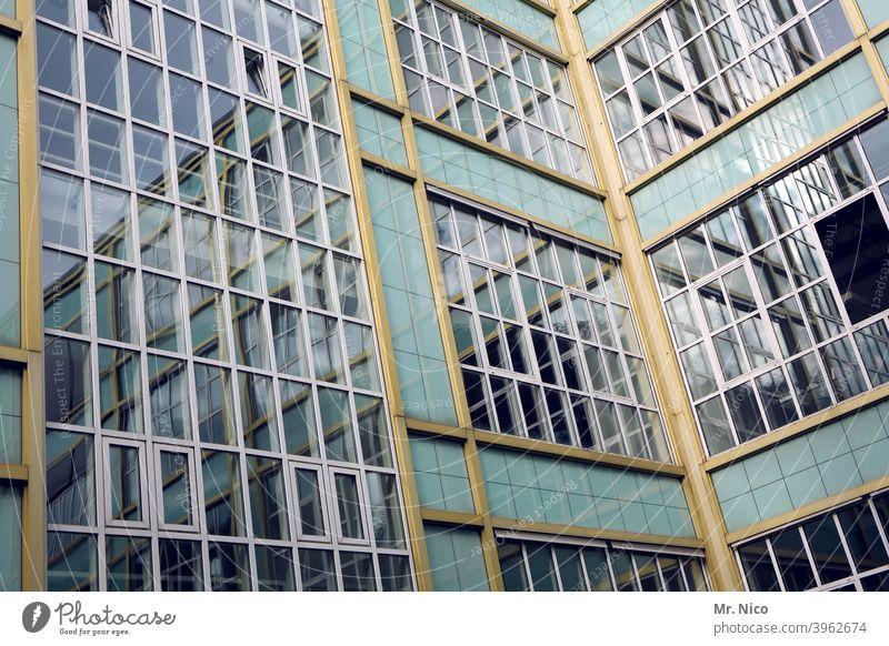 Verwaltungsgebäude Haus Gebäude Architektur Fenster Glasfassade Fassade Reflexion & Spiegelung Bürogebäude Strukturen & Formen Hochhaus abstrakt Fensterputzen