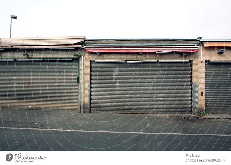 abgestorben I der Laden ist dicht Tor Lager Lagerhalle Lagerhaus Gebäude Großmarkt Frischemarkt Handel Marktform Eingang Ausgang geschlossen trist Marktstand