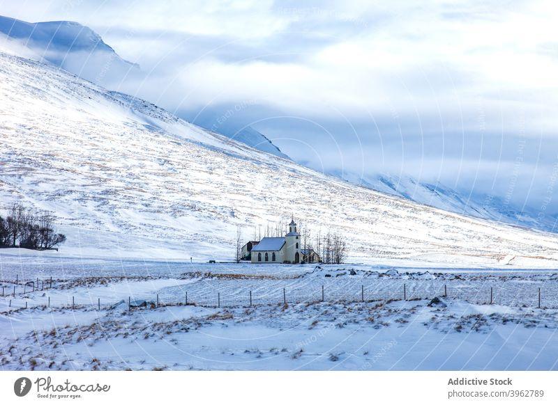 Kirche in den Bergen im Winter Berge u. Gebirge Hochland Landschaft Gebäude einsam Schnee Tal Island malerisch sonnig Frost Ambitus Natur Saison Felsen kalt