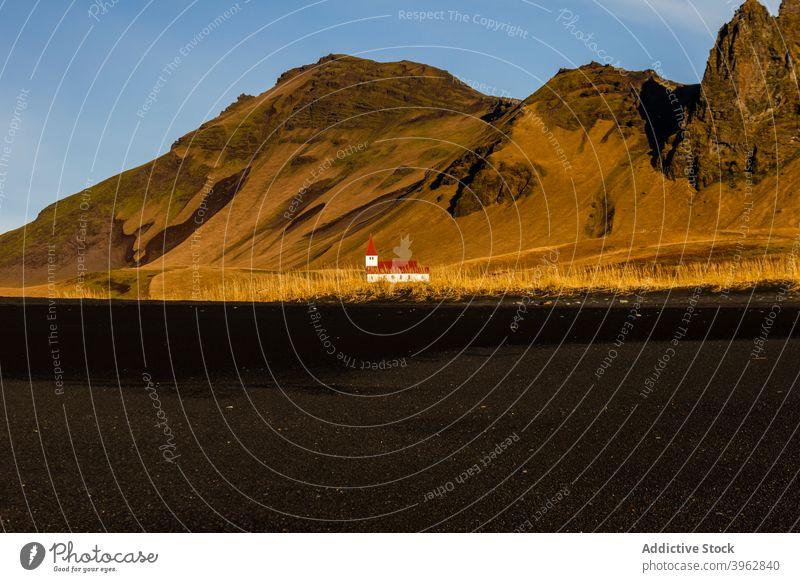 Einsames Haus in bergigem Tal Berge u. Gebirge einsam Hochland Landschaft Gebäude sonnig idyllisch Island trocknen Gelände malerisch Ambitus Natur ruhig Umwelt