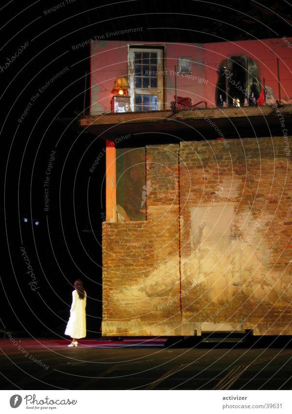 Haus auf Bühne Haus Farbe Wand Gebäude Beleuchtung obskur Bühne
