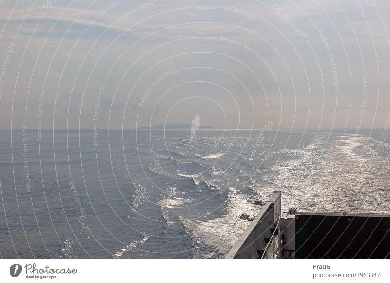Fernweh- mit der Fähre unterwegs Urlaub Urlaubsstimmung Meer Ostsee Überfahrt Wasserfahrzeug maritim See Schifffahrt Spur Insel diesig glitzernd Sommer morgens