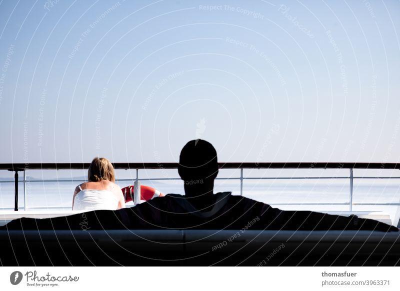 Mann und Frau auf einer Fähre, Schiff Stalking Ehekonflikt Meer lässig Macho Machogehabe anbaggern selbstgefällig Beziehung maskulin entspannt Dominanz