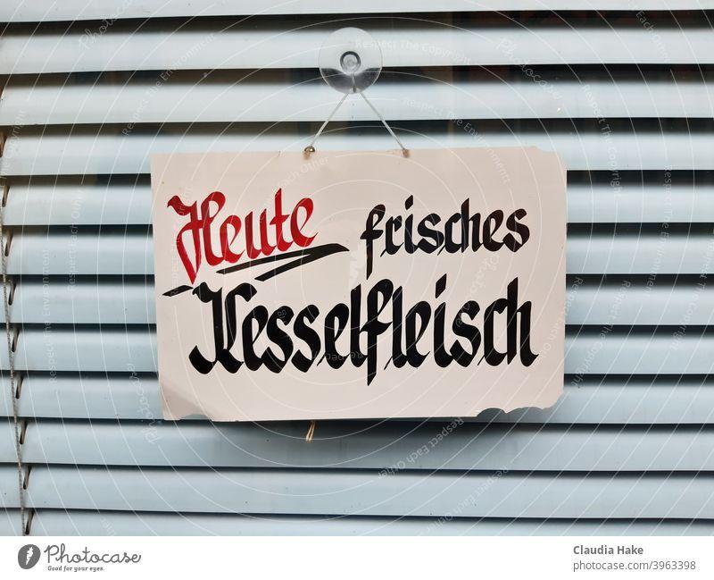 """Handgeschriebens Schild """"Heute frisches Kesselfleisch""""  im Schaufenster einer geschlossenen Fleischerei Fenster Handschrift Rollo"""