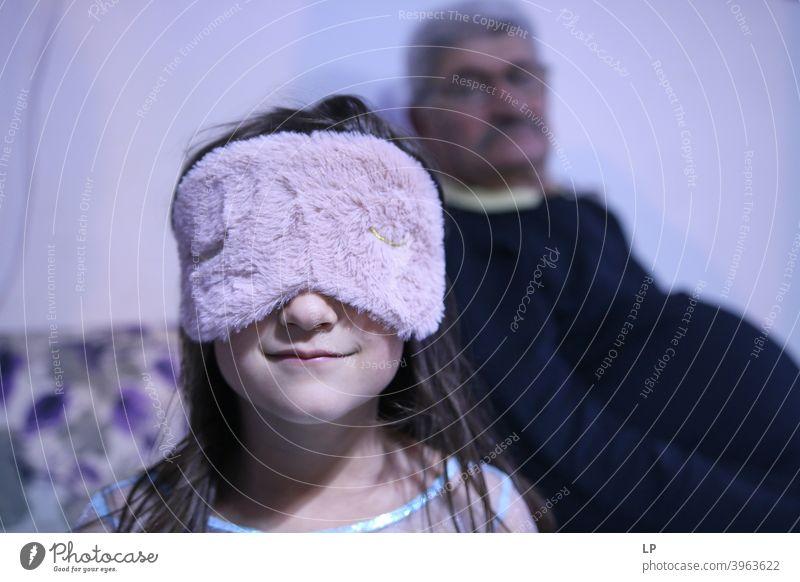 Kind trägt eine Schlafmaske Nacht Abend Morgen Farbfoto Erholung Wellness Mundschutz verträumt bequem Zufriedenheit Gefühle rosa kuschlig träumen schlafen