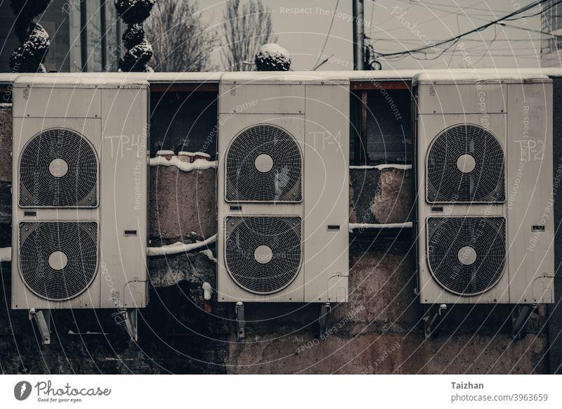 rückseite des urbanen modegeschäfts. schmutzige alte Klimaanlagen an einer Vintage-Wand Konditionierer Grunge altehrwürdig Air Kabel Voraussetzung verzweifelt