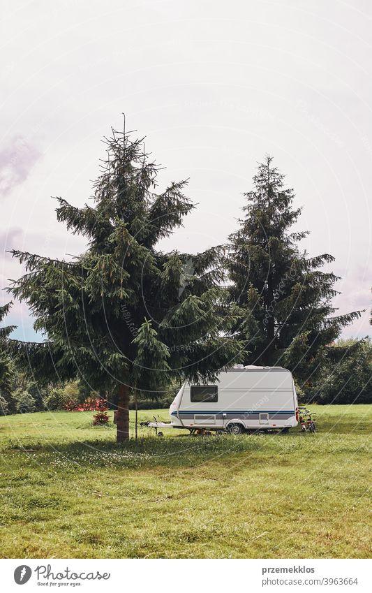 Wohnwagen links unter den Kiefern auf dem Campingplatz erkundend Erholung Haus Ausflug PKW Kleintransporter Verkehr Gras Boden Feld entspannend Gerät Van Leben