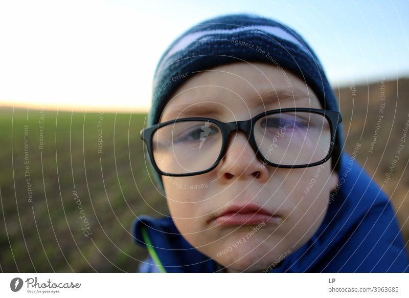 Gesicht eines aufgeregten Kindes mit Brille Kindheit Einfühlungsvermögen Herausforderung Bedarf Vernachlässigung Umgang mit sozialer Distanzierung Bewältigung