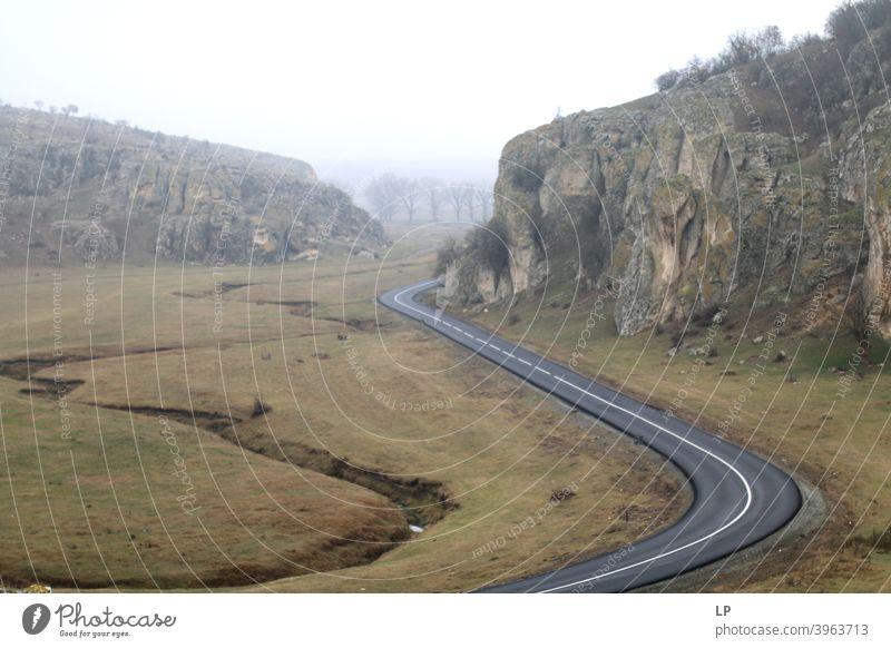 kurvenreiche Straßen in einem kleinen Canyon Berge u. Gebirge Natur Tag Farbfoto Wald Wälder Straßenrand Serpentinen Reisende Landschaftliche Form Lifestyle