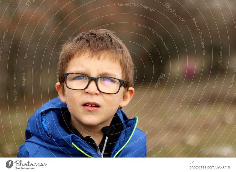 Porträt eines Jungen mit Brille Textfreiraum rechts Außenaufnahme mehrfarbig Blick Problemlösung Kreativität komplex Inspiration innovativ Hoffnung Interesse