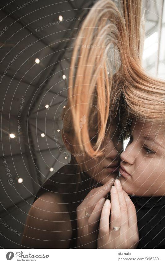 Verdreht Mensch Frau Jugendliche schön Hand Einsamkeit Junge Frau ruhig Gesicht Erwachsene Wand feminin Haare & Frisuren träumen Zusammensein blond