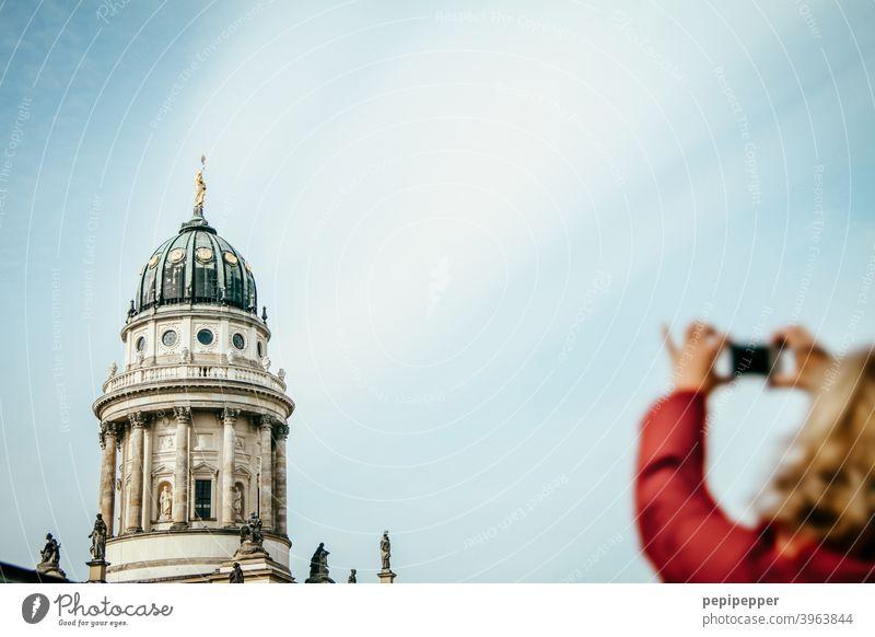 Berliner Dom mit einer Touristin im Vordergrund die ihn fotografiert Hauptstadt Außenaufnahme Architektur Sehenswürdigkeit Bauwerk Gebäude Himmel Tourismus