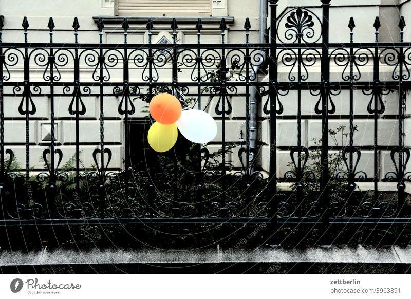 Luftballons am Zaun luftballon zaun grundstück haus wohnhaus wohnen feier geburtstag party deko dekoration schmuck einladung kindergeburtstag eisen