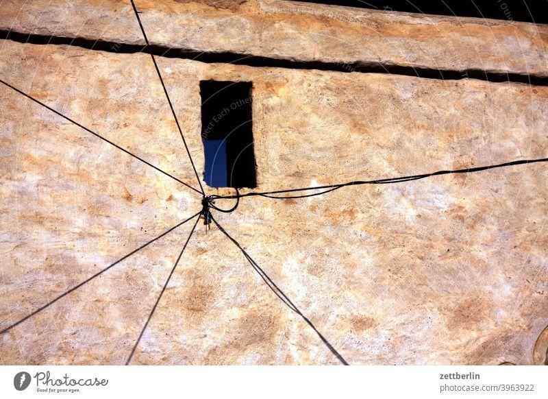 Im Hof vom Grauen Hof haus altbau fassade ruine wrack abgewrackt verfallen verkommen zugemauert geschäft ladengeschäft versorgung putz rauhputz kleinstadt