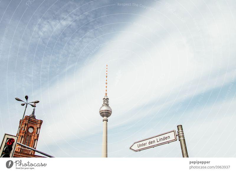 Berlin Unter den Linden Straßenschild mit Berliner Fernsehturm und Rotes Rathaus Berlin Rotes Rathaus Hauptstadt Skyline Stadtzentrum Wahrzeichen Tourismus