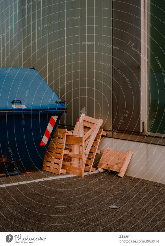 Holzpaletten vor Container im urbanen Raum Paletten holz Containerschiff straßen Minimalismus schlicht Farbfoto Industrie aufgeräumt architektur linien Formen
