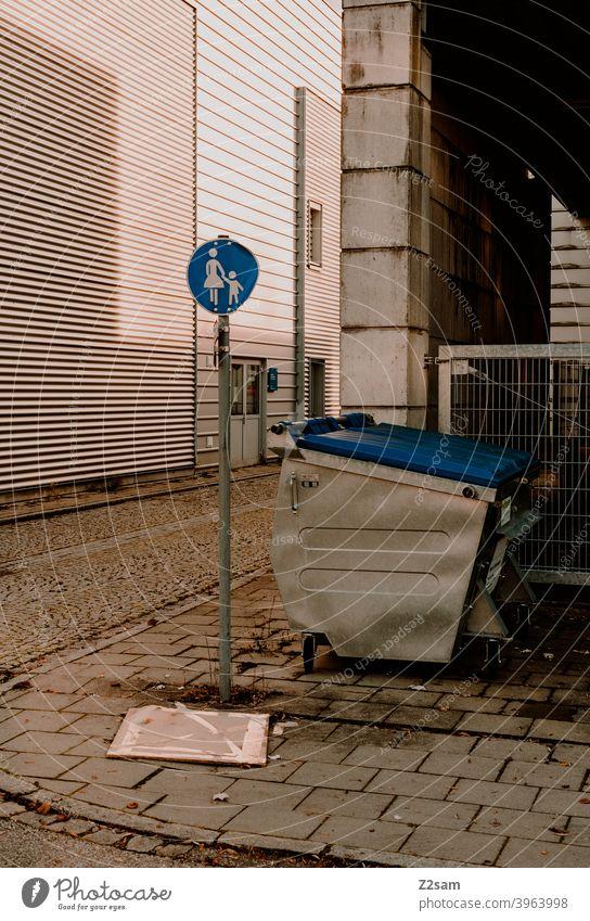 Fußgängerschild in Industrieumgebung Straßenfotografie fußgängerzone industriegebiet Schilder zeichen mülltonne beton Stadt urban warme farben sonnig