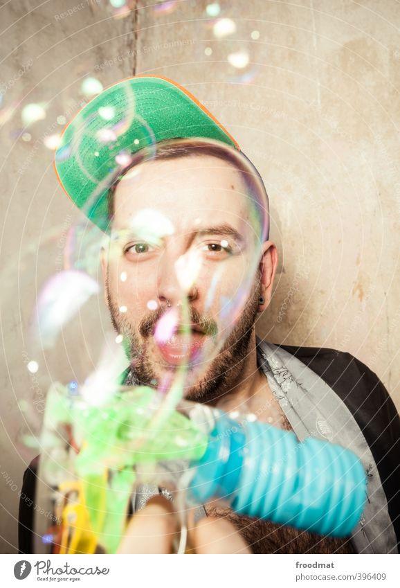 bubble shooter Mensch maskulin Homosexualität Junger Mann Jugendliche Erwachsene 1 Mütze kurzhaarig Bart Dreitagebart Spielen frech Fröhlichkeit trendy lustig