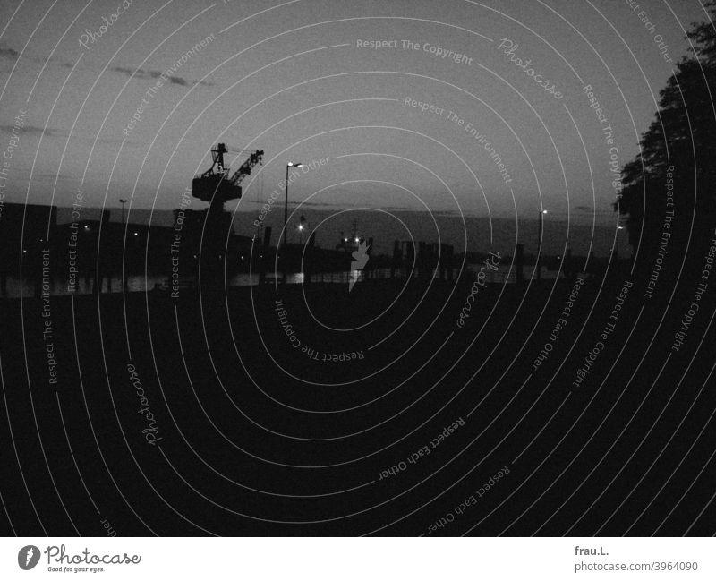 Königstraum am Fluss – Glückstadt Verkehrswege Kran Laterne Lampe Abend Nacht Stadt dunkel Hafen Schifffahrt Elbe Wasser