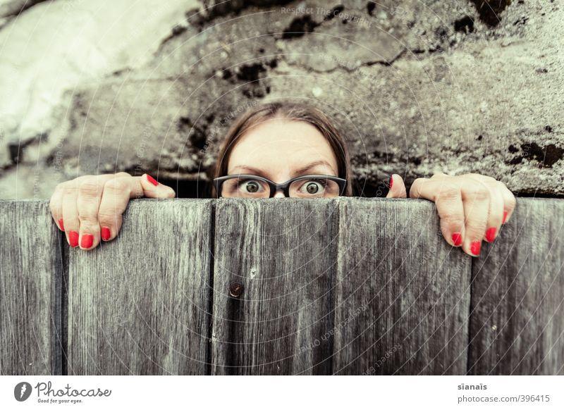 Finger weg von meiner Paranoia! Mensch Frau Jugendliche schön Junge Frau Gesicht Erwachsene feminin lustig Stil Mode Angst Tür gefährlich bedrohlich Brille