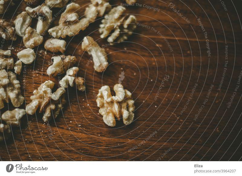 Walnüsse auf Holz Nüsse Lebensmittel gesund Snack Walnuss rustikal geschält ohne Schale