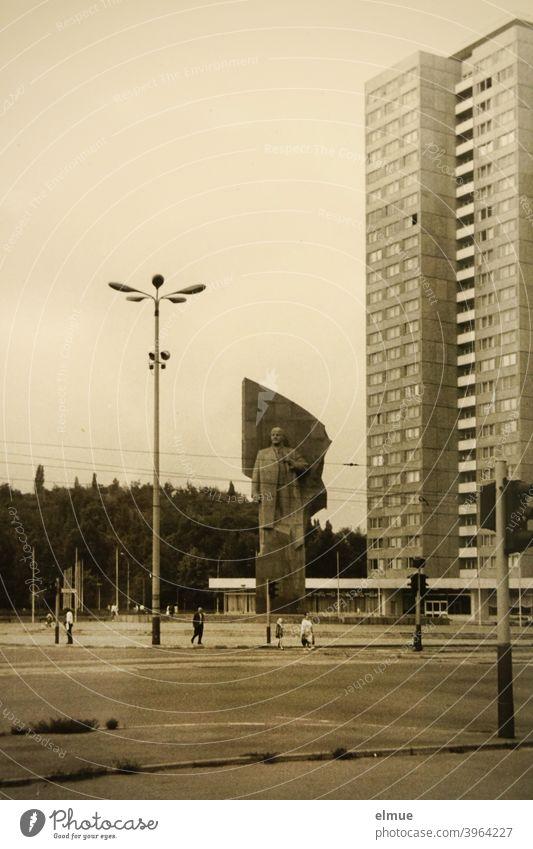 Schwarz-Weiß-Bild vom Platz der Vereinten Nationen, früher Leninplatz, in Berlin aus den 1970er Jahren / analoge Fotografie / Lenindenkmal städtischer Platz
