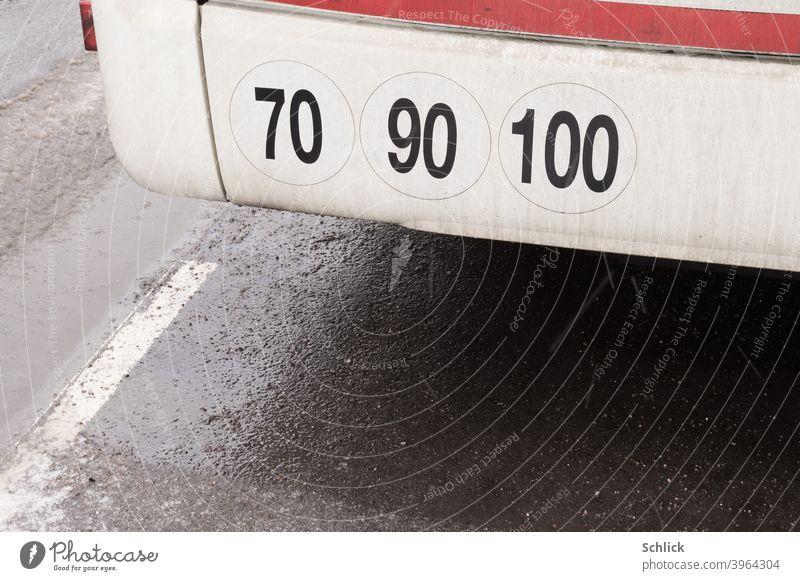 Hinweise  Aufkleber maximale Geschwindigkeiten 70 90 100 Kilometer in der Stunde an der Stoßstange eines Busses Geschwindigkeitsbegrenzung Stundenkilometer
