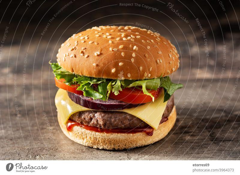 Cheeseburger mit Rindfleisch, Tomate, Kopfsalat und Zwiebel Amerikaner Barbecue Brot Burger Käse klassisch Nahaufnahme lecker Abendessen Fastfood Lebensmittel