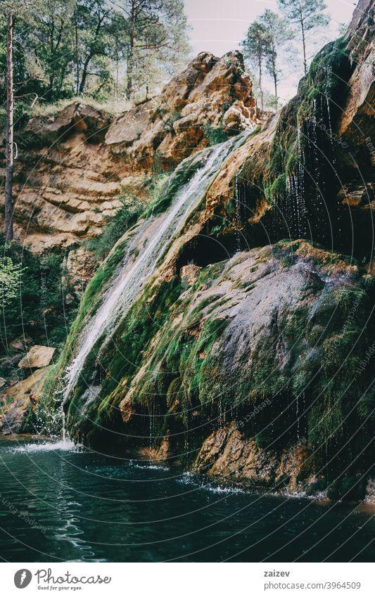 Landschaft mit einem Pool mit Wasserfall in einem Ort in Spanien entspannend friedlich bunt Ruhe Paradies abstrakt Tapete Reflexion & Spiegelung Dschungel