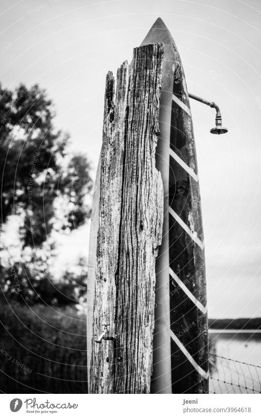 Upcycling eines alten Surfbrettes und eines alten Holzbrettes   Außendusche und Wasserhahn am See upcycling Duschkopf außen abduschen Abspülen Leben selfmade