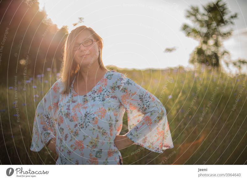 Junge Frau lächelt freundlich | Sonniger Sommerabend mit blauen Kornblumen im Hintergrund | Portrait 30-45 Jahre weiblich Lächeln lächelnd lächelnde Frau