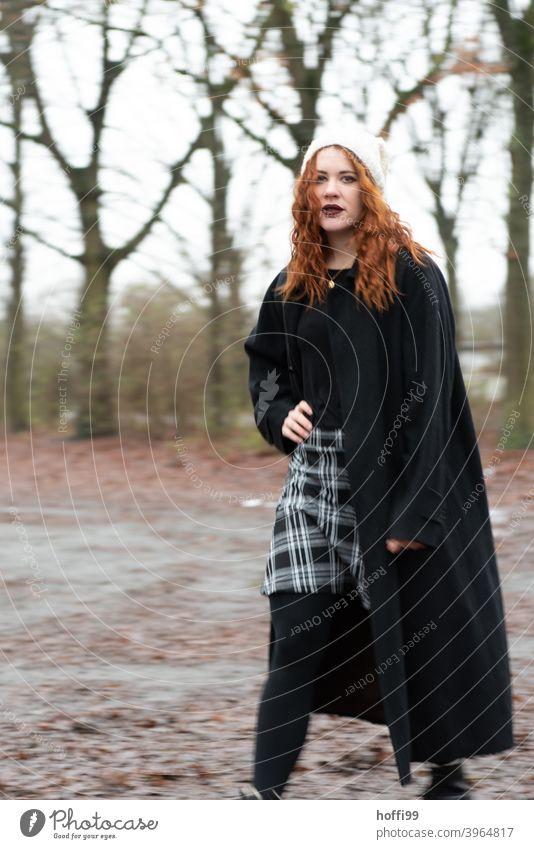 die Frau blick selbstbewusst in die Kamera Blick in die Kamera Karriere selbstbewußt Porträt feminin hübsch authentisch Mode Lifestyle elegant einzigartig Stil