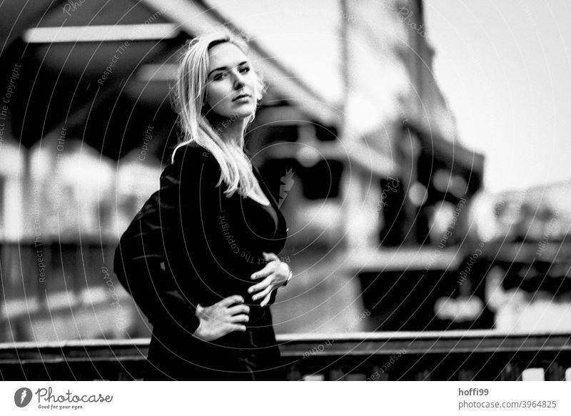 die junge Frau blickt in die Kamera Junge Frau blondes Haar elegant Lifestyle feminin Mode langhaarig 18-30 Jahre Haare & Frisuren Beautyfotografie Erwachsene