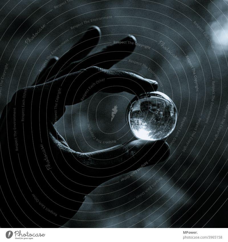 in die glaskugel schauen Glaskugel Hand rund Glasscheibe halten Spiegelbild Schwarzweißfoto Reflexion & Spiegelung Schwache Tiefenschärfe Lichterscheinung
