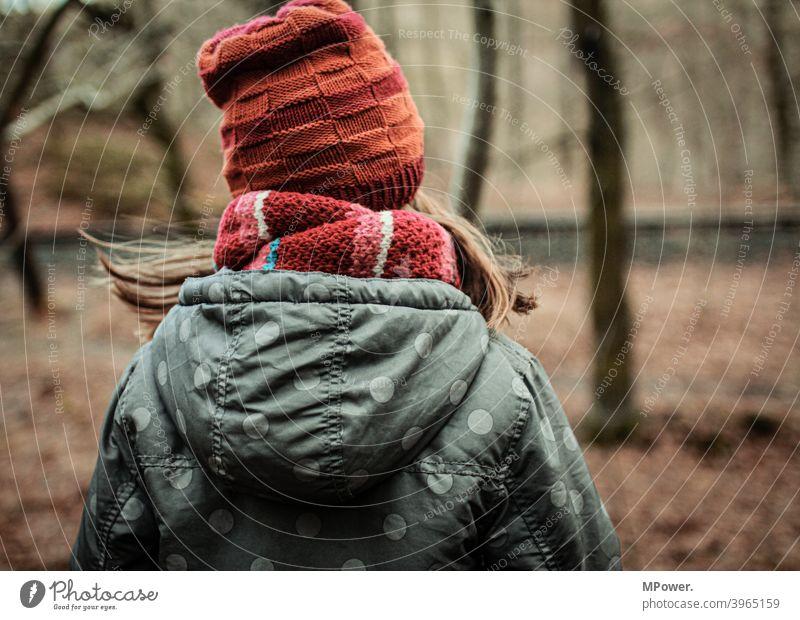 draussen im wald Kind Wald Herbst Herbstfarben Herbstlaub Baum wandern Spielen allein warme kleidung Schal Einsamkeit verlassen Kindheit Blick von hinten