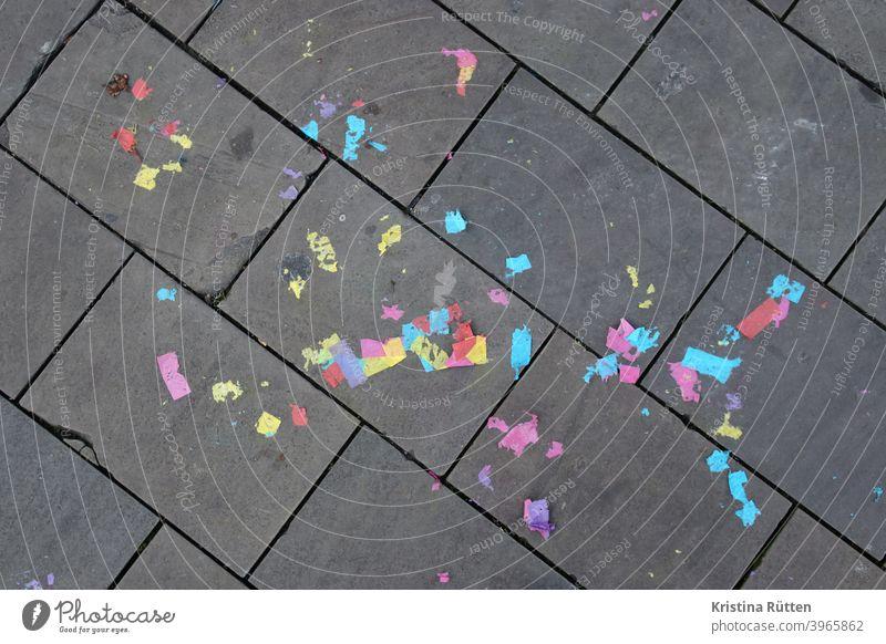 bunte papier konfetti reste auf dem gehweg schnipsel papierschnipsel papierfetzen boden straße bürgersteig hochzeit partyreste fröhlich glücklich lustig fest