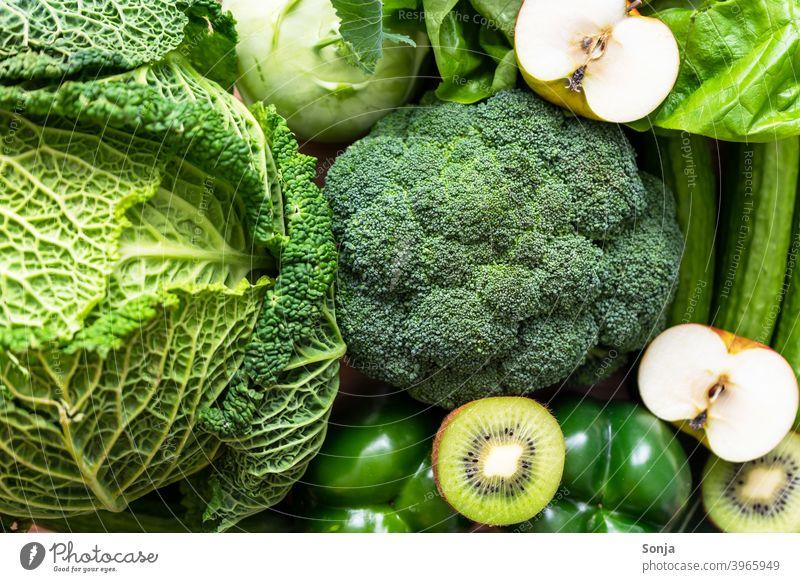 Draufsicht auf grünes rohes Gemüse und Obst Vegetarische Ernährung Bioprodukte Gesundheit Gemüsemarkt frisch Wochenmarkt Gemüseladen Gesunde Ernährung
